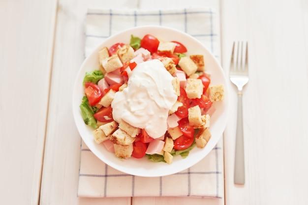 Frischer salat mit käse und schinken