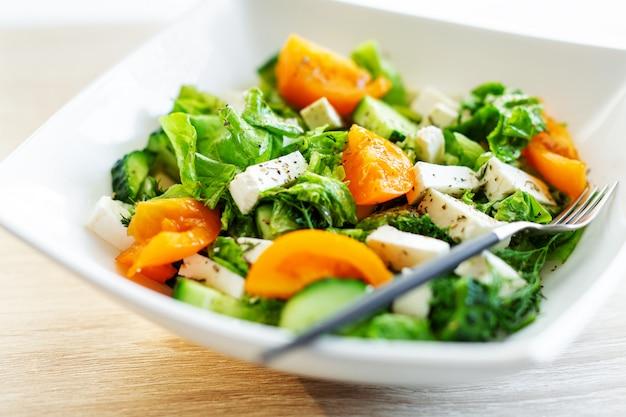Frischer salat mit käse und tomaten
