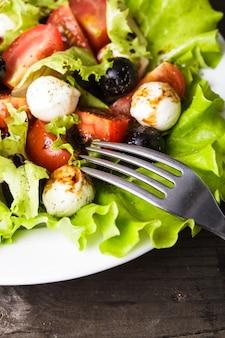 Frischer salat mit mozarella und gemüse