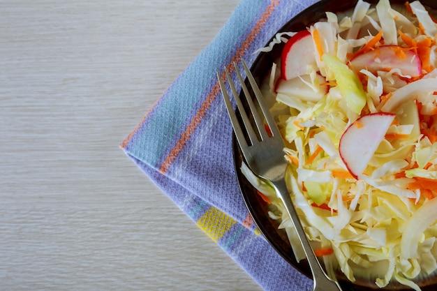 Frischer salat mit rettich, gurke, bunten kirschtomaten.