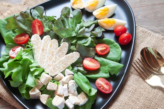 Frischer salat mit tempeh oder tempe, originales pflanzliches essen aus indonesien.