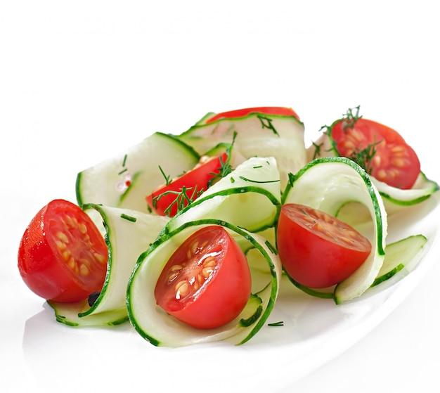 Frischer salat mit tomaten und gurken