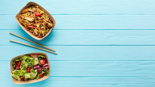 Frischer salat und chinesischer teller mit exemplarplatz