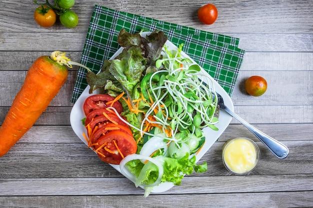 Frischer salat und tomaten. draufsicht