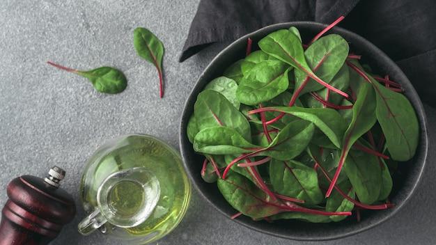 Frischer salat von grünen mangoldblättern oder von mangold fahne für netz