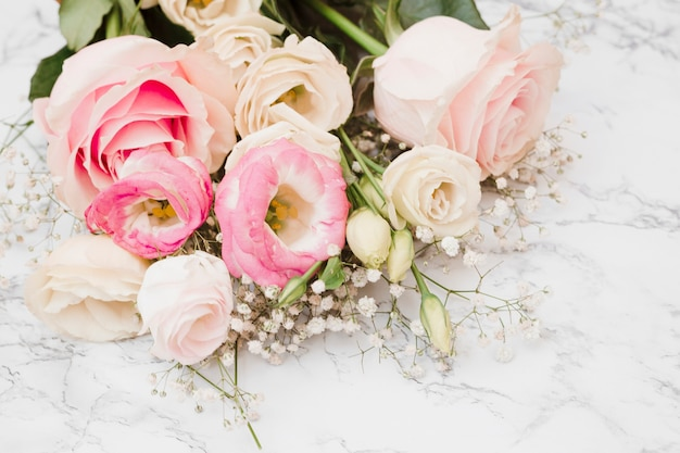 Frischer schöner blumenblumenstrauß auf strukturiertem hintergrund des marmors