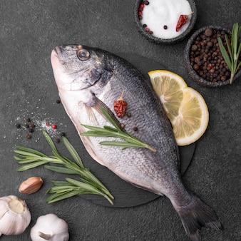 Frischer seebrassenfisch