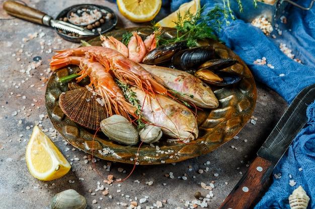 Frischer seefisch, garnelen, muscheln