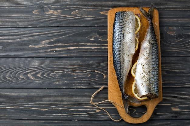Frischer seefisch mit zitrone auf dem tisch