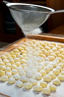 Frischer selbst gemachter kartoffelgnocchi bereit zum kochen