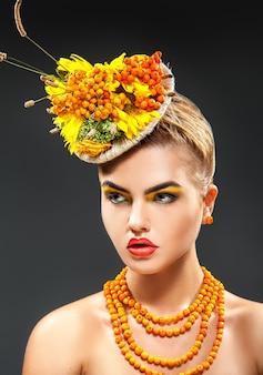 Frischer sommerstil des modemädchens mit vogelbeerzubehör im studio, das wegschaut