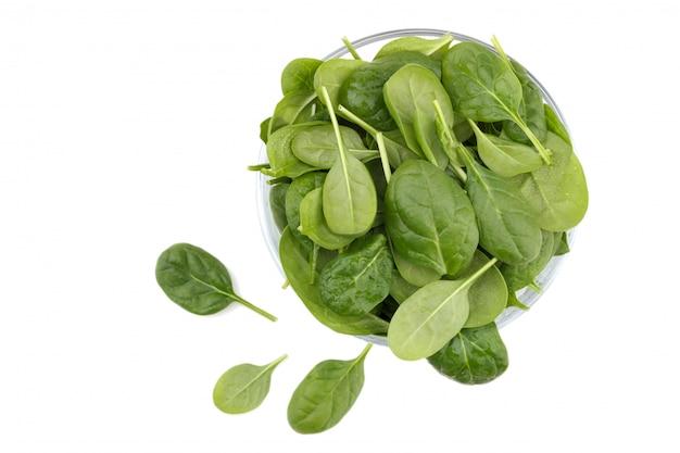 Frischer spinat in einer schüssel