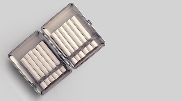Frischer tabak und handgemachte zigaretten auf alter metallbox.