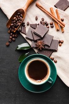 Frischer tasse kaffee mit schokolade auf dem tisch