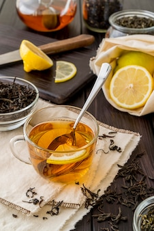 Frischer tee mit zitrone auf dem tisch