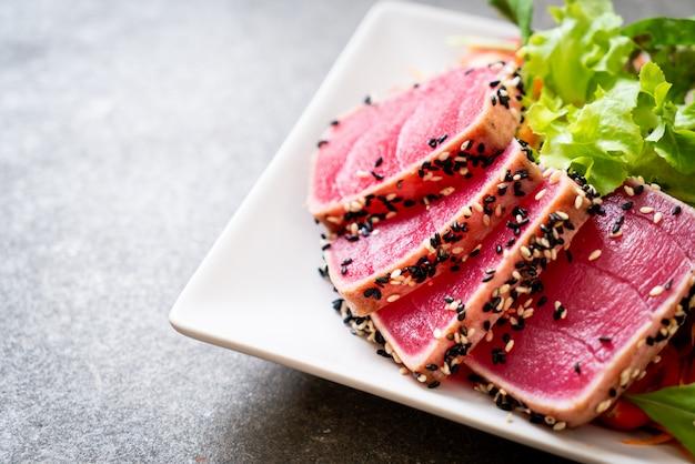 Frischer thunfisch roh mit salat und pfefferkörnern