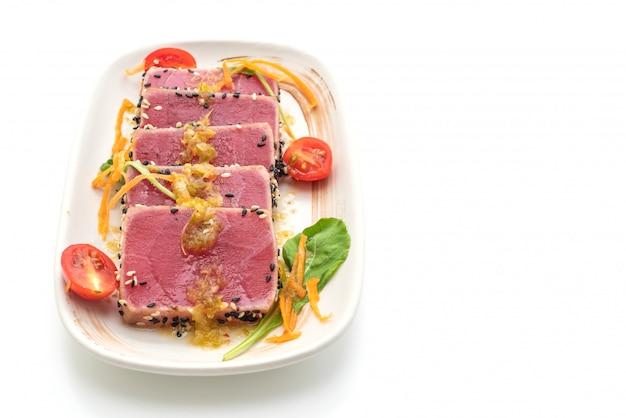 Frischer thunfisch roh mit würziger salatsauce