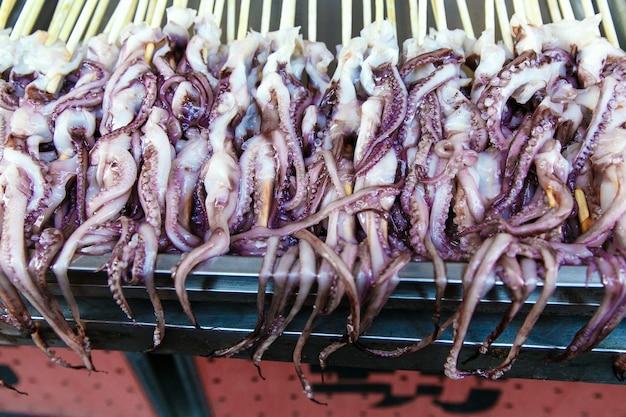 Frischer tintenfisch - die lokalen erfrischungsspezialitäten in china, markt in peking