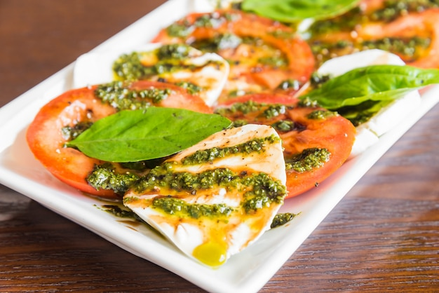 Frischer tomaten-mozzarella-käse