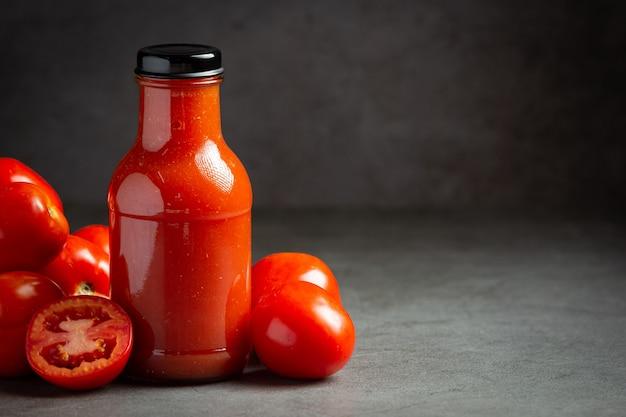Frischer tomatensaft servierfertig