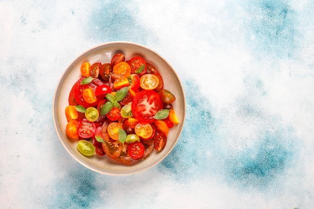 Frischer tomatensalat mit basilikum.