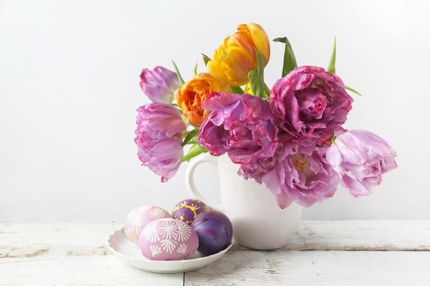 Frischer tulpenblumenstrauß mit ei