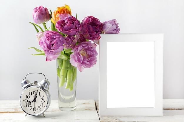 Frischer tulpenblumenstrauß mit rahmen