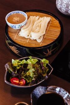 Frischer udon mit sesamsauce.