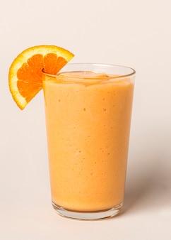 Frischer und gesunder orangen-smoothie