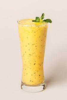 Frischer und gesunder passionsfrucht-smoothie