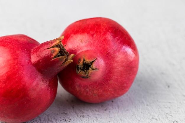 Frischer und roter granatapfel auf hellem hintergrund