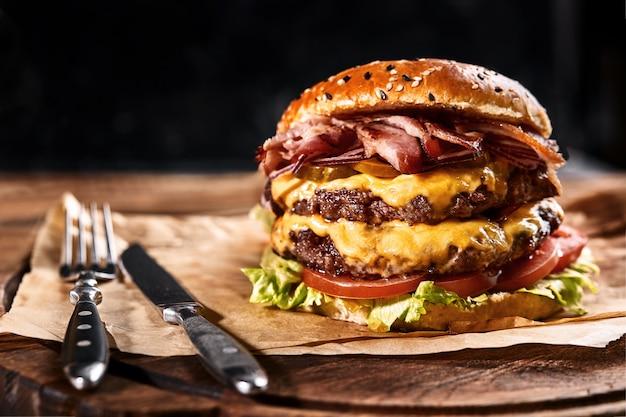 Frischer und saftiger hamburger auf einem papierkissen