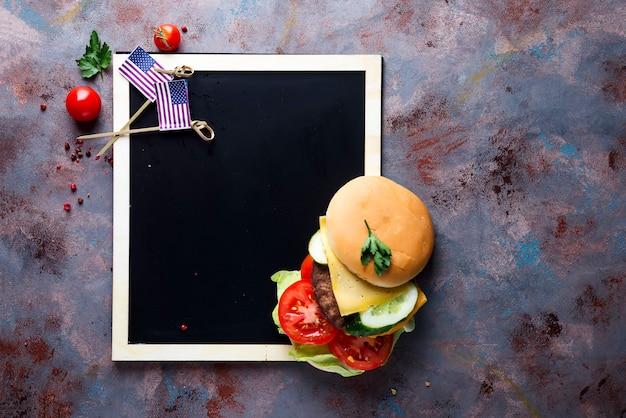 Frischer und saftiger hamburger