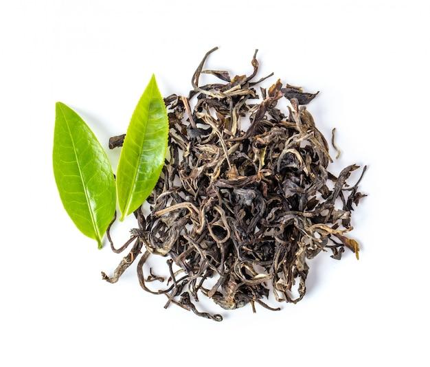 Frischer und trockener tee lokalisiert auf weißem hintergrund. draufsicht