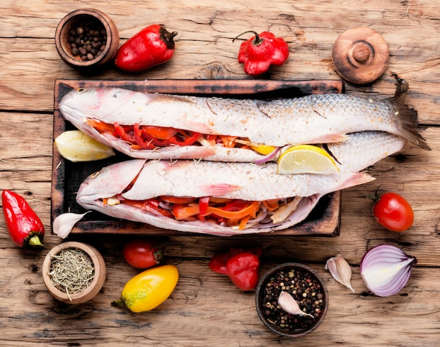 Frischer ungekochter fisch
