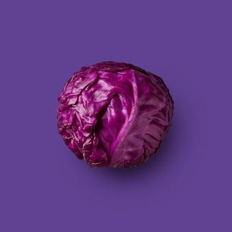 Frischer veilchenkohl auf violettem hintergrund isoliert, ansicht von oben. aus der farbkohl-serie