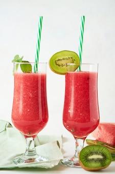 Frischer wassermelone smoothie mit kiwi und minze auf einer weißen tabelle