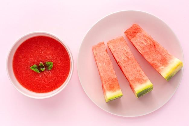 Frischer wassermelonen-minzsaft auf rosa hintergrund von oben