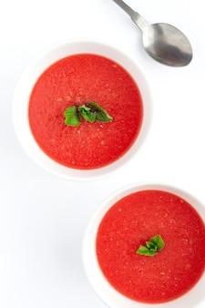 Frischer wassermelonen-minzsaft auf weißem hintergrund von oben