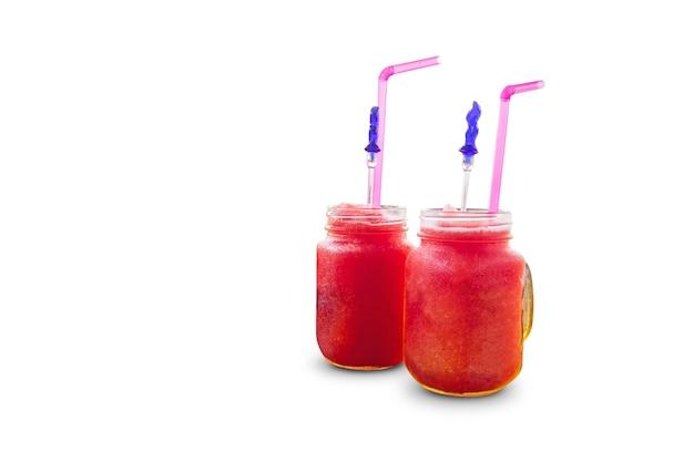 Frischer wassermelonen-smoothie in einmachgläsern lokalisiert auf weiß
