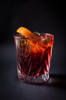Frisches alkohol-coctail-getränk auf schwarz