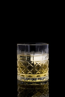Frisches alkoholisches getränk in transparentem glas
