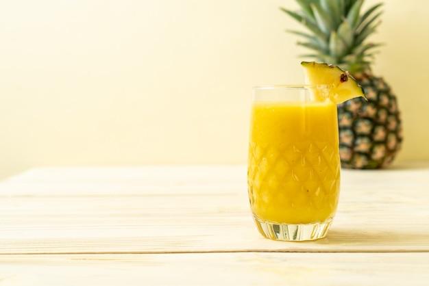 Frisches ananas smoothie glas auf holztisch