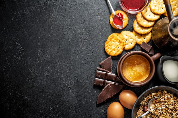 Frisches appetitanregendes frühstück auf dunklem hintergrund