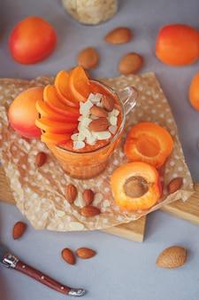 Frisches aprikosenpüree oder smoothie mit mandeln