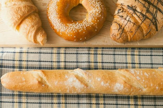 Frisches backen und croissants, französisches baguette zum frühstück am morgen auf holztisch