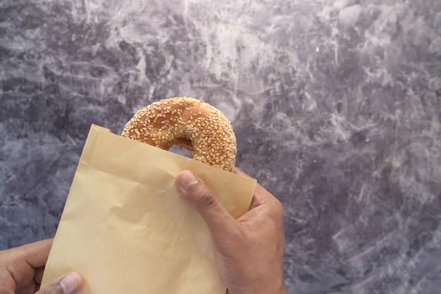 Frisches bagelbrot in einem papier auf tisch