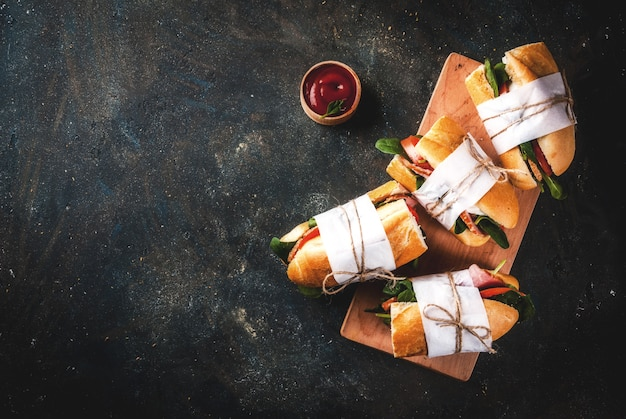 Frisches baguettesandwich mit speck, käse, tomaten und spinat