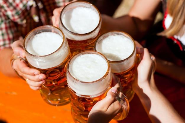 Frisches bier in einem biergarten