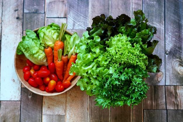 Frisches bio-gemüse auf holztisch wie china-weißkohl-karotte